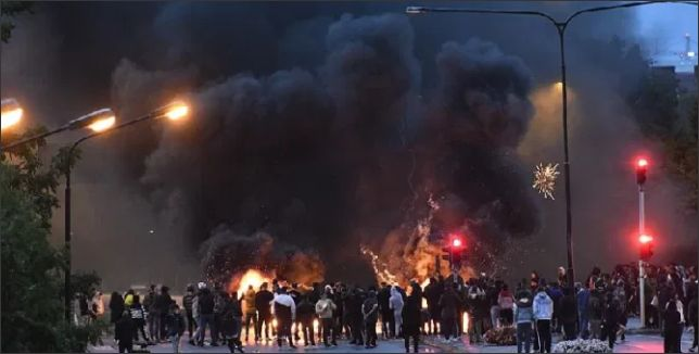 'अल्लाह हू अकबर' नारो के साथ भड़की हिंसा, पुलिस पर पत्थरबाजी और आगजनी के बाद स्वीडन में दहशत